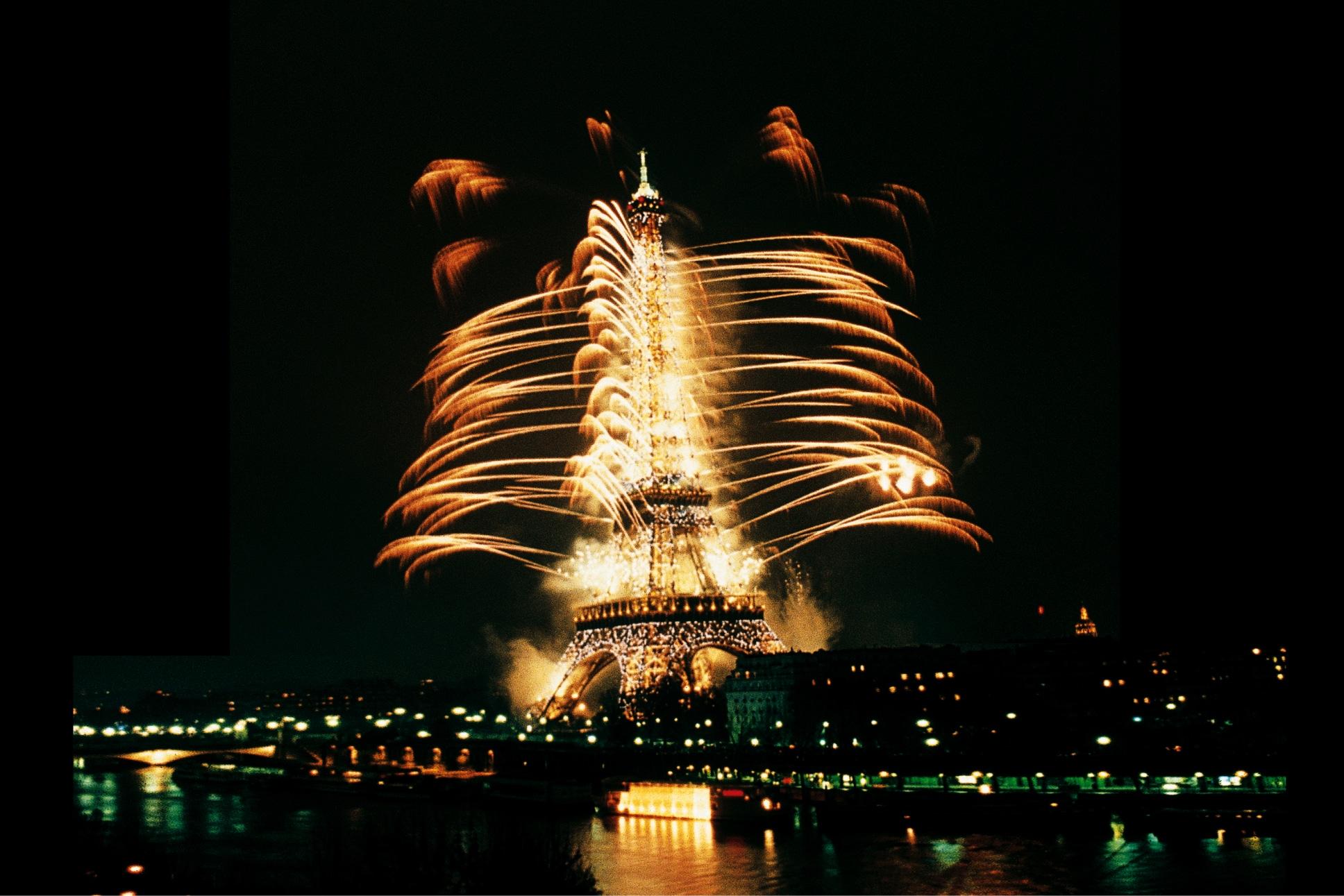 Eiffel-Tower-Millenium-Show-Paris-1