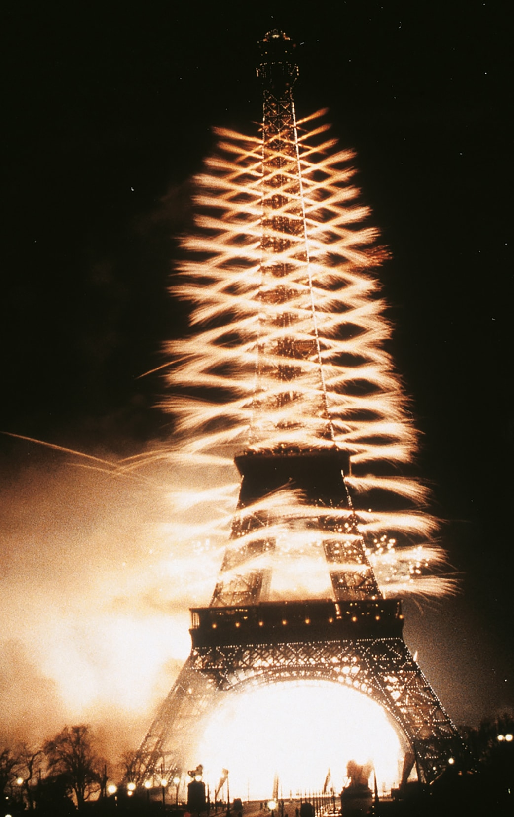Eiffel-Tower-Millenium-Show-Paris-5